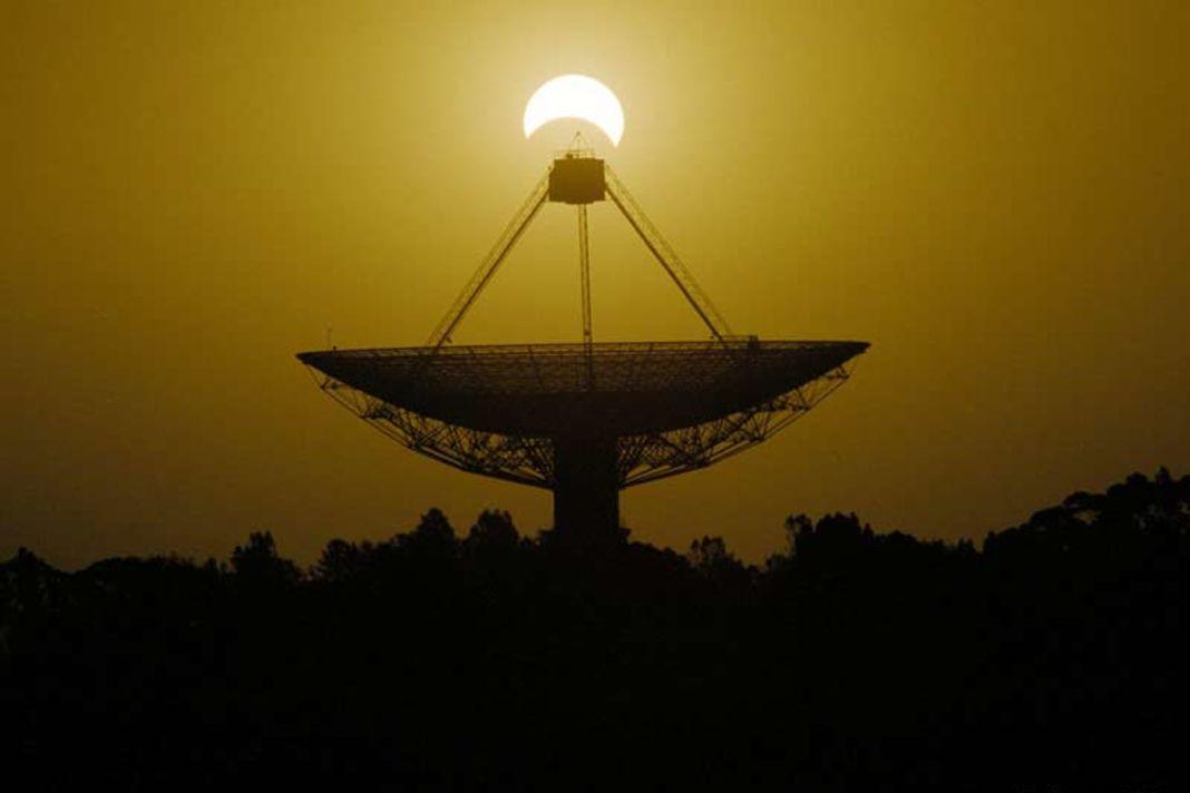 Parkes radiotelescope antenna, Australia